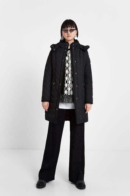 Apuesta por la silueta minimalista y estilizada de este abrigo con capucha extraíble.