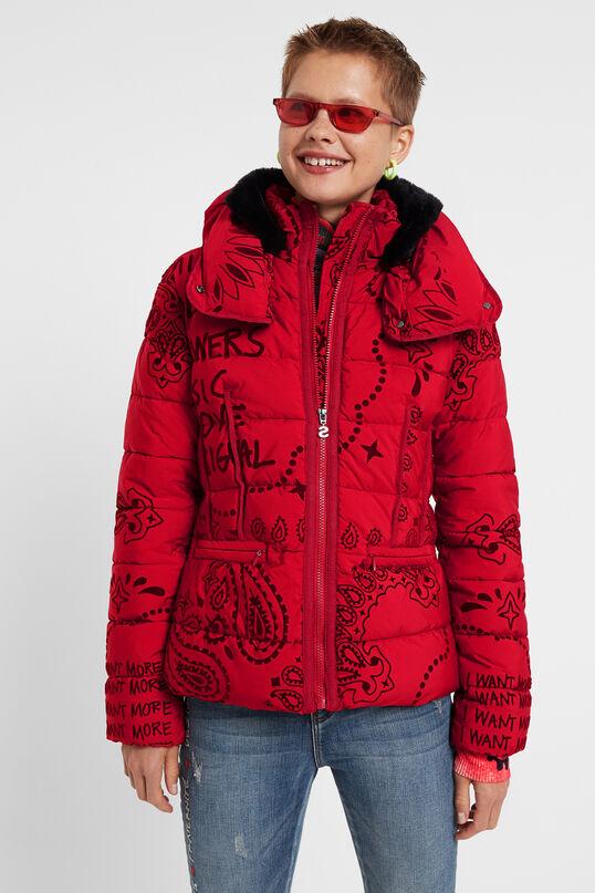 El cuello de tortuga es el gran secreto de esta chaqueta acolchada con un elegante estampado hindú a tono